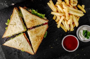 Club sandwich με καπνιστό χοιρινό, ομελέτα και γραβιέρα